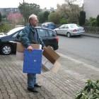 Leere Kisten zum Auto tragen